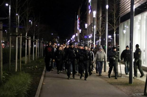 Legida - Teilnehmer werden vom Hauptbahnhof zum R. Wagner Platz durch die Polizei begleitet. Foto: L-IZ.de