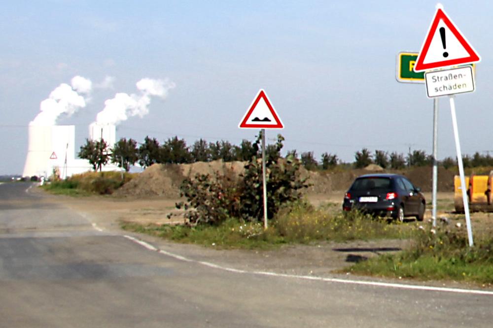 Am Horizont grüßen die Kühltürme des Kraftwerks Lippendorf. Foto: Matthias Weidemann