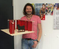 """Mirko Mahr, Ballettdirektor der Musikalischen Komödie mit dem Bühnenbildmodell zu """"Carmen"""". Foto: Karsten Pietsch"""