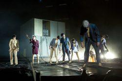 """""""Du bist schon Maschine, ich bin noch nicht Maschine"""" – bei """"Metropolis"""" sind Handlung, Darsteller, Publikum allesamt zur Maschine geworden. Foto: Rolf Arnold / Schauspiel Leipzig"""