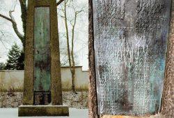 Das Denkmal im ursprünglichen Zustand - daneben der untere Teil der gestohlenen Bronzeplatte. Foto: PD Leipzig