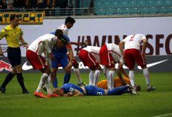 Bei der Verteidigung durch Coltorti geht ebenfalls der Braunschweiger Saulo Igor Decarli zu Boden. Foto: Alexander Böhm
