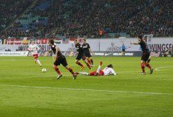 Die Berliner Abwehr holt Yussuf Poulsen mehrmals auf den Boden der Tatsachen zurück. Foto: Alexander Böhm