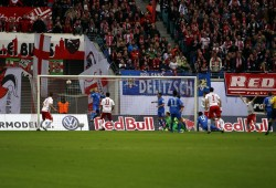 In der 10. Minute jagt Emil Forsberg den Ball ins Tor der Braunschweiger. Foto: Alexander Böhm