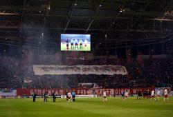 Mit Konfettikanonen und zwei großen Transparenten begrüßten die Leipziger Fans ihre Spieler. Foto: Alexander Böhm
