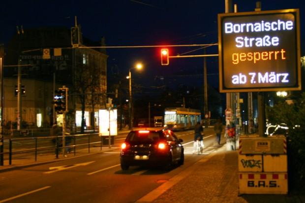 Die Sperrtafel für die Bornaische Straße leuchtet schon am Connewitzer Kreuz. Foto: Ralf Julke
