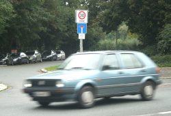 Erst abseits der Karl-Tauchnitz-Straße (hier am Rennbahnweg) gibt es Tempo 30. Foto: Ralf Julke