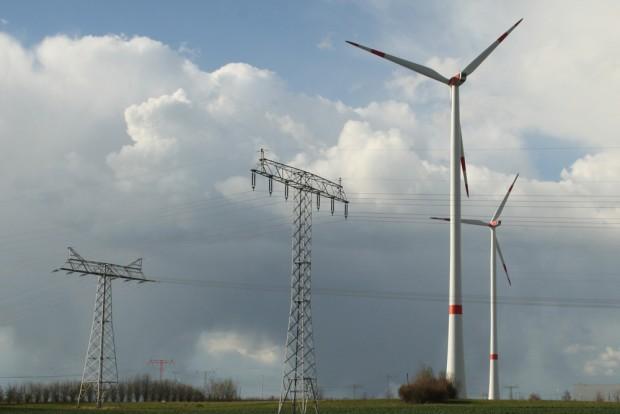 Windräder und Überlandleitungen im Leipziger Norden. Foto: Ralf Julke