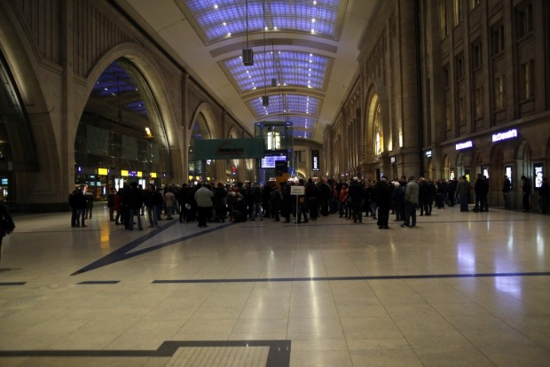 18:49 Uhr: Legida-Anhänger im Hbf. trauen sich nicht raus. Foto: L-IZ.de