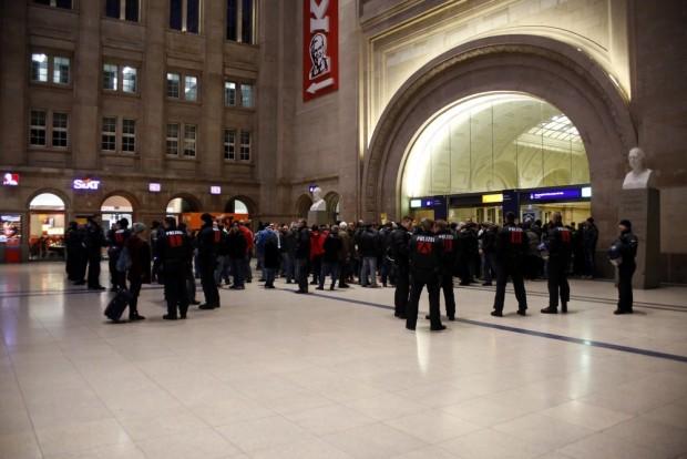 18:48 Uhr: Die Polizei setzt am Hauptbahnhof den neuen Kurs rigeros durch. Foto: L-IZ.de