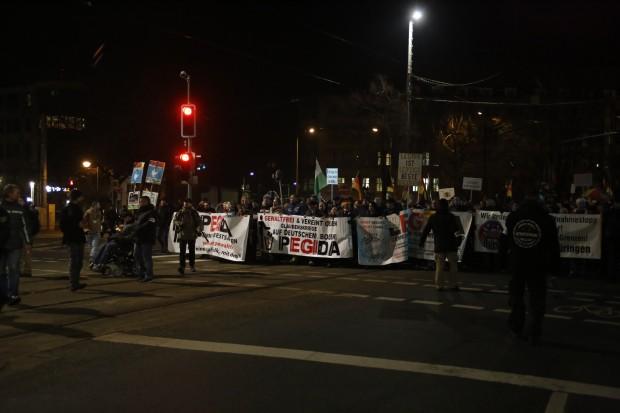 20:10 Uhr: LEGIDA oder besser heute PEGIDA läuft auf dem Ring. Foto: L-IZ.de