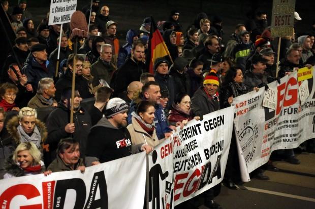 20:15 Uhr: Die PEGIDA-Spitze marschiert wie immer vorn. Foto: L-IZ.de