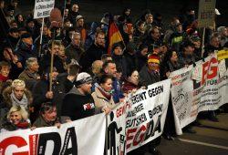"""""""Team Dresden"""" in Leipzig. Die PEGIDA-Spitze marschiert wie immer vorn. Foto: L-IZ.de"""