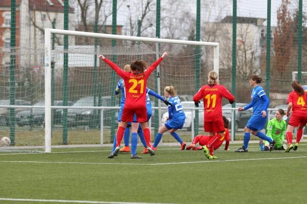 Drin! Mit der letzten Aktion des Spiels traf Marie-Luise Herrmann per Freistoß zum 2:2-Ausgleich. Foto: Jan Kaefer