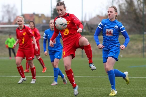 Madlen Frank (FFV) pflückt den Ball aus der Luft. Foto: Jan Kaefer