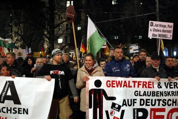 20:16 Uhr: Legida fest in Dresdner Hand: Siegfried Däbritz, Tatjana Festerling und Lutz Bachmann immer vorneweg. Foto: L-IZ.de