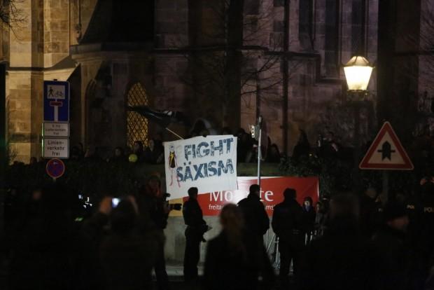 20:17 Uhr: Fight Säxism heißt es heute beim Gegenprotest. Foto: L-IZ.de