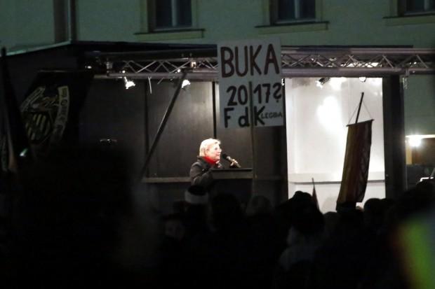 """21:40 Uhr. """"Bobby"""" ist sich sicher: Alle denken wie LEGIDA - Gegendemonstranten sind da anderer Überzeugung. Foto: L-IZ.de"""