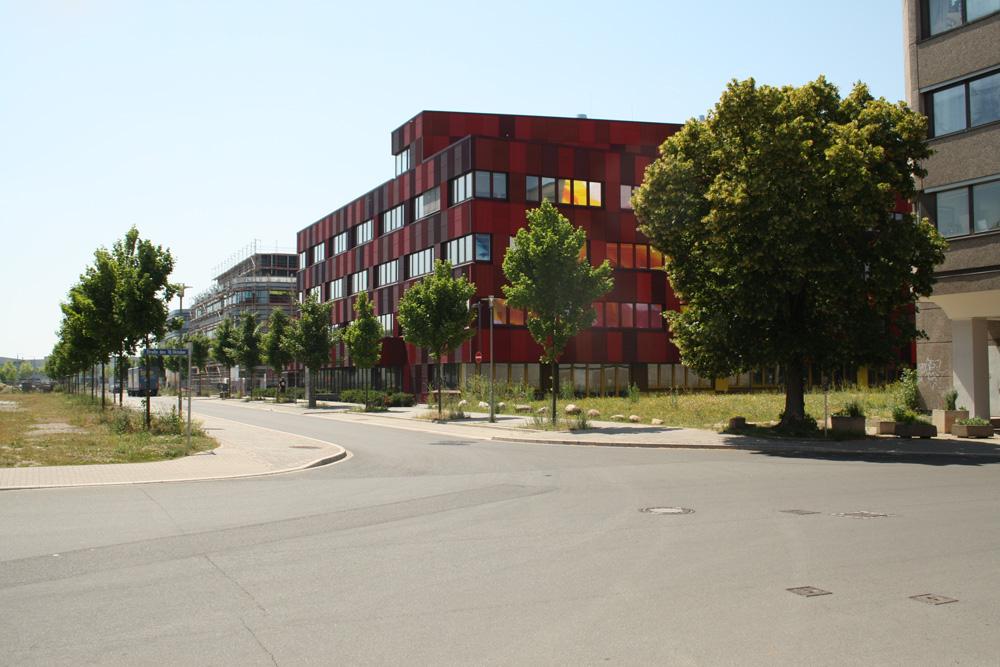 Erweiterungsbauten von BioCity und Fraunhofer IZI auf der Alten Messe. Foto: Ralf Julke