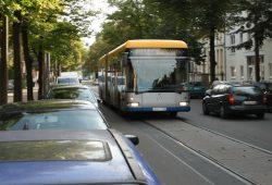 Zugeparkte Straßen - hier die Arno-Nitzsche-Straße - sind für Leipzig normal. Foto: Ralf Julke