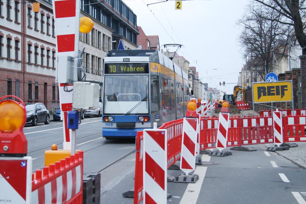 Schranke an der Baustelle in der Georg-Schumann-Straße. Foto: Ralf Julke