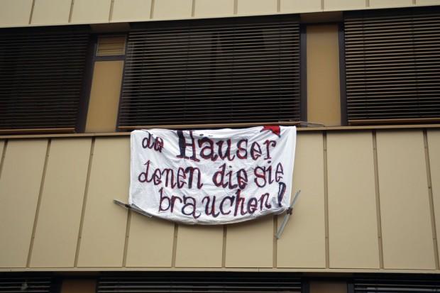 Durch Transparente machen die Aktivisten auf die Besetzung aufmerksam. Foto: Alexander Böhm