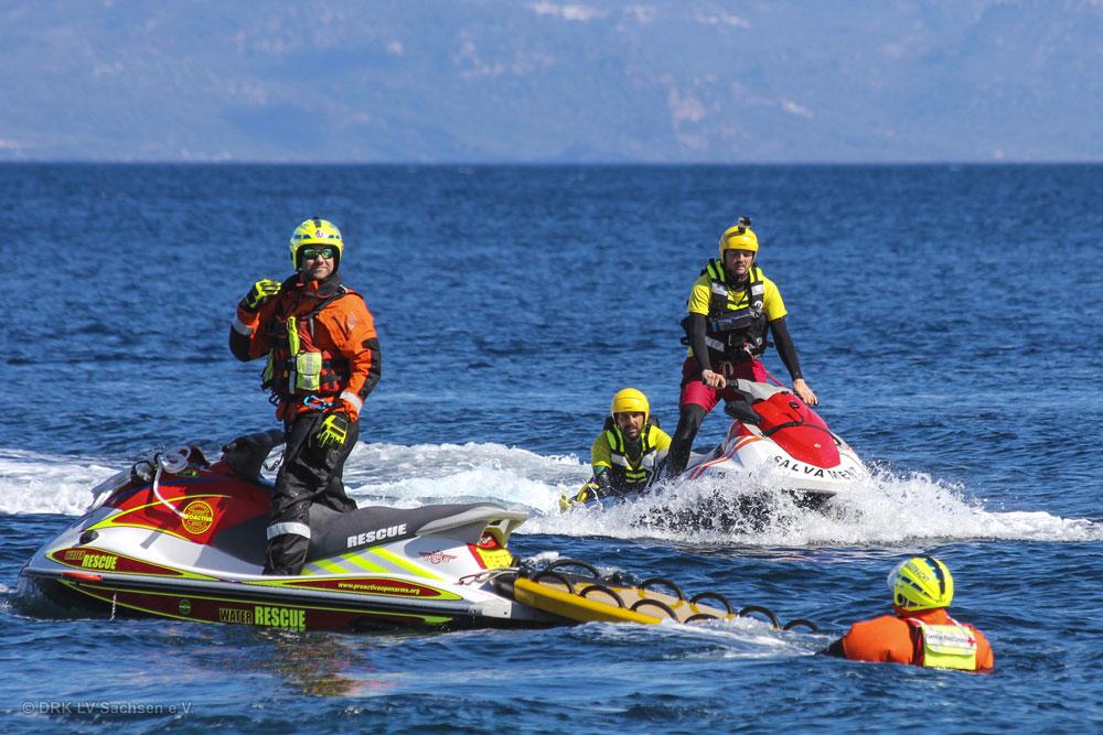 Sächsische DRK-Wasserretter trainieren freiwillige Helfer an Lesbos' Küste. Foto: DRK LV Sachsen e.V