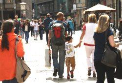 Familie unterwegs in der Petersstraße. Foto: Ralf Julke