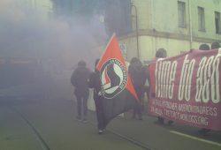 Rauchend zogen 800 feministische Demonstranten durch die Straßen. Foto: René Loch