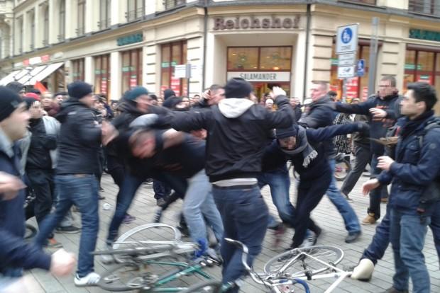Frauenkampftag ist, wenn Männer sich prügeln. Foto: René Loch