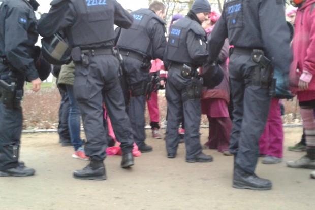 Am Ende griff die Polizei doch noch durch: Teilnehmende sollen sich vermummt haben. Foto: René Loch