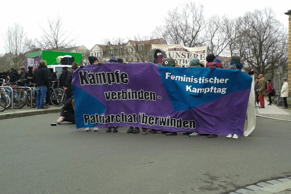 Der feministische Kampftag startete auf dem Otto-Runki-Platz. Foto: René Loch