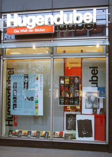 Herangezoomt ans Hugendubel-Schaufenster mit von Lothar Reher gestalteten Buchreihen. Foto: Ralf Julke