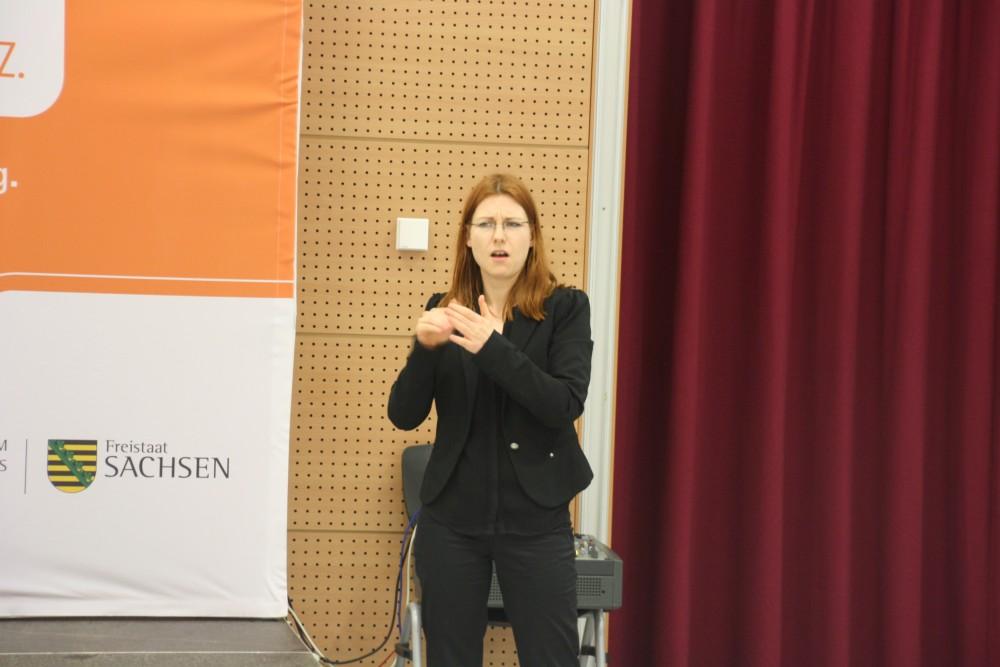 Gebärdensprachdolmetscherin. Foto: Ernst-Ulrich Kneitschel