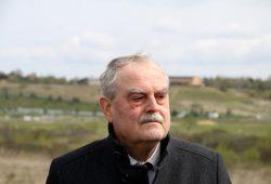 Bürgermeister Bernd Klose vor dem Seepark Auenhain. Foto: Matthias Weidemann