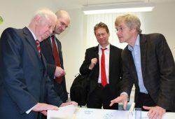 Professor Wieland Kiess (r.) erläuert Kurt Biedenkopf sowie Jens Peters und Martin Zentgraf (v.l.) vom Bundesverband der Pharmazeutischen Industrie die Arbeit von LIFE Child. Foto: Andrea Wittrodt