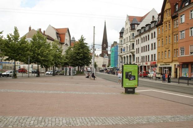 Der Lindenauer Markt mit Blick zur schmalen Haltestelle auf der Nordseite. Foto: Ralf Julke
