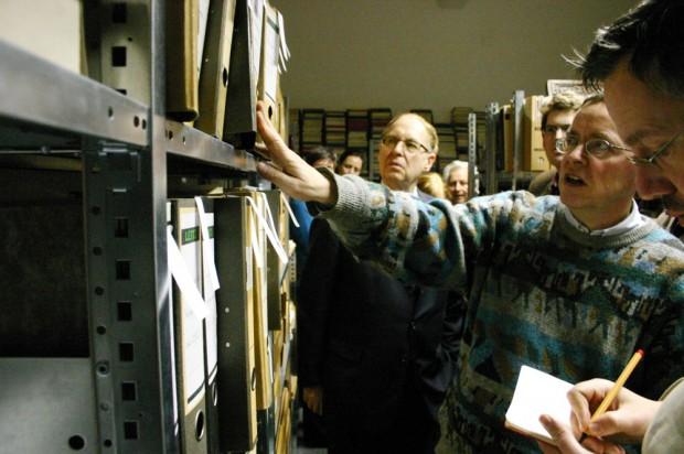Siegfried Lokatis (2.v.r.) beim Ortstermin im Leipziger Reclam-Archiv. Foto: Ralf Julke