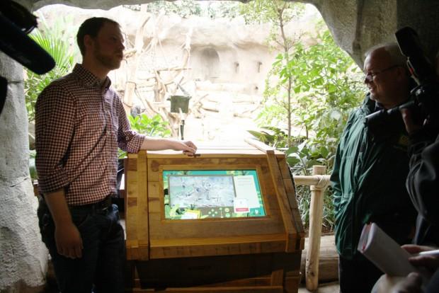 Alexander Loos und Jörg Junhold mit der neuen Affenbeobachtungsstation im Pongoland. Foto: Ralf Julke