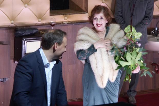 Intendant Enrico Lübbe hält die Laudatio auf Ellen Hellwig. Foto: Karsten Pietsch