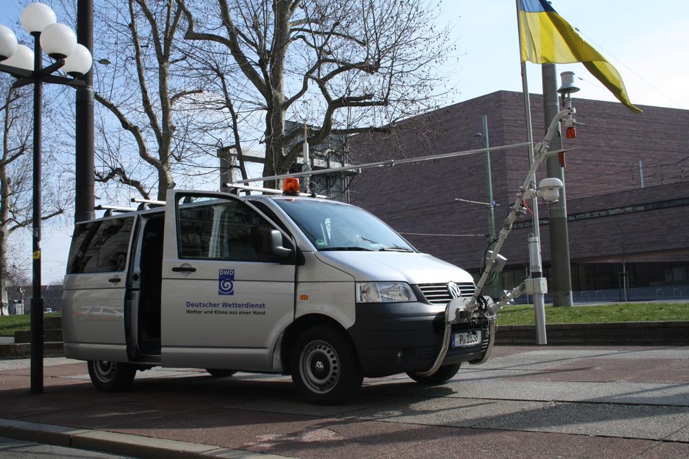 Das Messfahrzeug des Deutschen Wetterdienstes vorm Neuen Rathaus. Foto: Ralf Julke