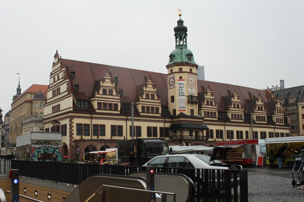 Ganz schön blass: Das Alte Rathaus und der 1989 zuletzt gestrichene Rathausturm. Foto: Ralf Julke