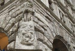 Geht so der Staat mit seinen Beamten um? - Plastik am Neuen Rathaus. Foto: Ralf Julke