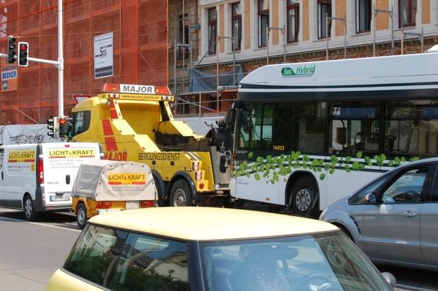 Nur Kosten im Osten? Oder vielleicht das falsche System? Ein Bus muss in die Werkstatt. Foto: L-IZ.de