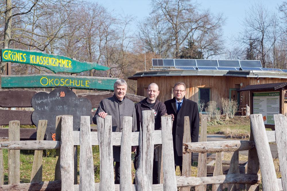 v.l. Karsten Schütze, Oberbürgermeister Markkleeberg; Sören Kunis, Leiter Ökoschule; Dr. Andreas Auerbach, enviaM-Vertriebsvorstand. Foto: tyton