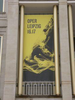 Werbegrafik an der Opernhaus-Fassade: Rauchschwaden oder Feuer der Begeisterung? Foto: Karsten Pietsch