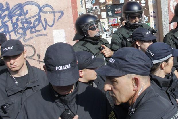 Sächsische Polizisten in einem ihrer vielen Einsätze. Foto: Martin Schöler