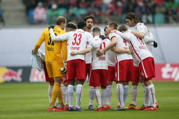 Gemeinsamer Kraftakt! RB Leipzig holt ganz wichtige drei Punkte. Foto: Gepa Pictures