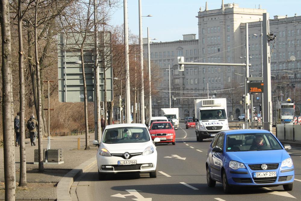 Kfz-Verkehr auf dem Innenstadtring. Foto: Ralf Julke