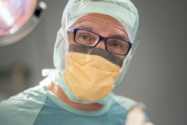 Prof. Andreas Roth, Leiter des Bereichs Endoprothetik am Universitätsklinikum Leipzig. Foto: Stefan Straube/ UKL